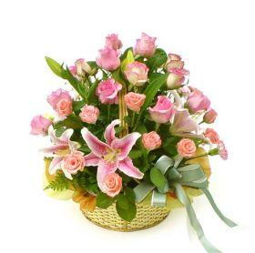 Cos de trandafiri roz